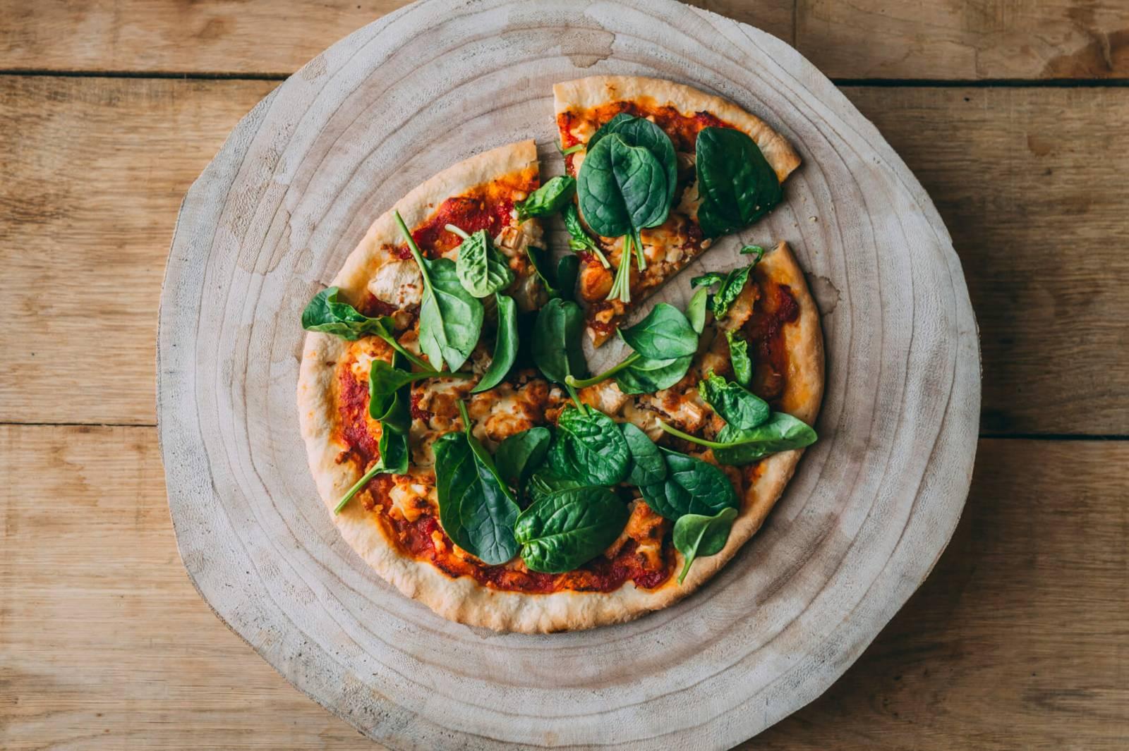 Greenpiezz-veggie-pizza-met-lokale-smeltgeitenkaas-spinazie-en-tomatencompote-vegetarisch