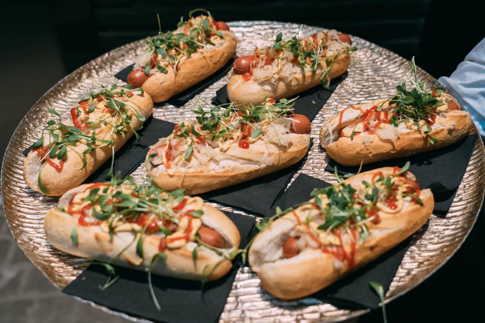 Klassieke-hot-dog-zuurkool-mosterd-en-ketchup